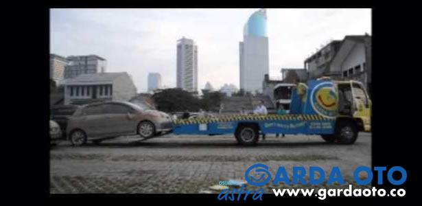 Garda Oto Mengevakuasi Mobil Pelanggan di Plaza UOB