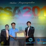 Santosa CEO Asuransi Astra menerima penghargaan ICSA 2014 dari majalah SWA